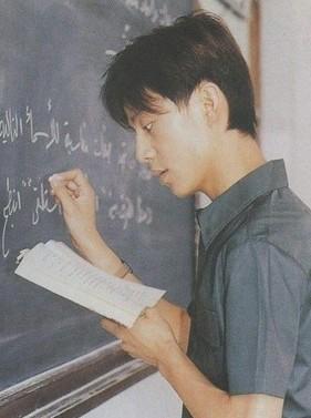 """""""何炅老师""""的教书旧照,就如同他的《栀子花开》般""""青涩可爱""""."""