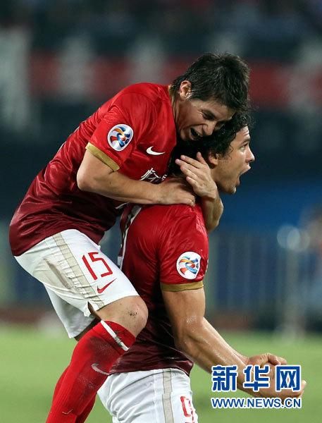 广州恒大队球员埃尔克森(右)与队友孔卡庆祝进球.