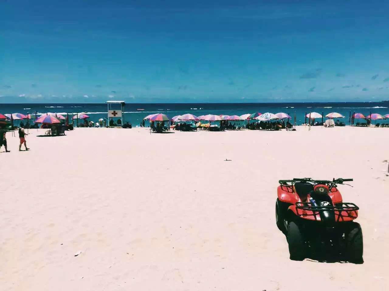 阳光沙滩卡丁车,蓝天白云和牛马,土豪的世界,穷酸穷酸的小编高清图片