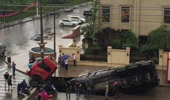 天台城区路面塌陷,大货车瞬间掉入