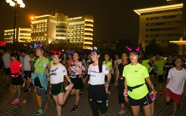 台州马拉松倒计时,有人预热搞了个荧光夜跑,各种嗨
