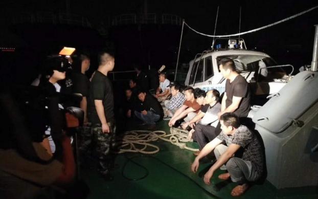 这艘渔船胆真大,九五至尊赌场海域偷捕200000斤,抓!