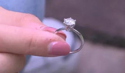 玉环女子6万多的婚钻当垃圾扔了,环卫工翻20多吨垃圾找回