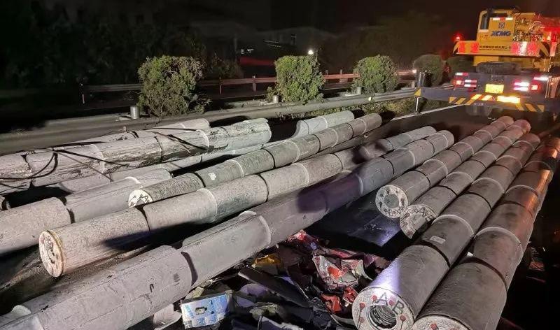 """台州高速上水泥柱""""冲""""扁车头,司机夹缝中捡回一条命"""