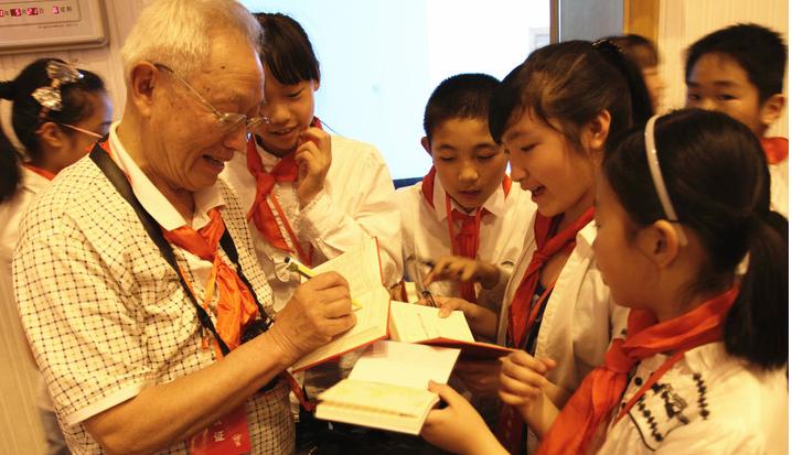 俞明德:70年飞扬的红领巾