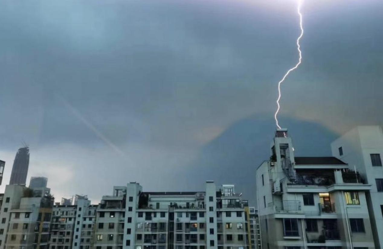 這場暴雨,電閃雷鳴